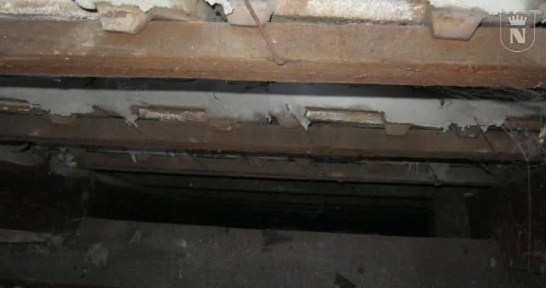 Zwischensparrenbereiche ohne Dachschrägendämmung.