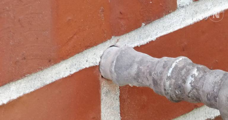 Eine Kerndämmung wird durch das Außenmauerwerk eingebracht.