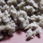 Eingeblasen werden kann Steinwolle (Foto) oder Glaswolle.