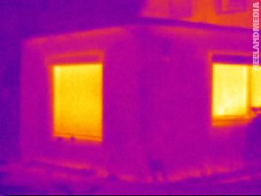 Fehler in der Thermografie: Die Jalousien wurden nicht früh genug geöffnet, weshalb sich noch gestaute Wärme vor dem Fenster befindet.