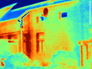 Diese Wärmebildaufnahme ist trügerisch: Nicht ein erhöhter Wärmedurchgang ist hier zu erkennen - die Sonne hat die Wände aufgeheizt.